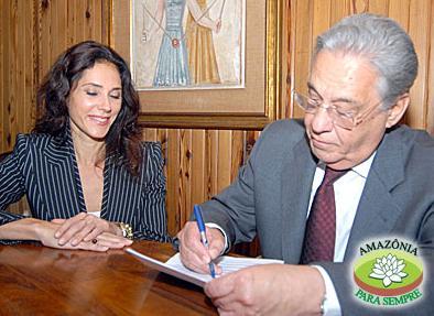 O ex-presidente Fernando Henrique assinando