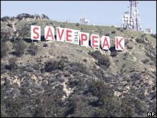 O sinal de Hollywood envolto em uma bandeira